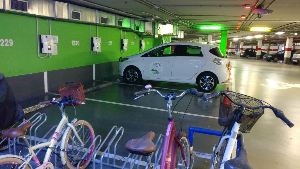 Un Ecotxe a l'aparcament -també de bicicletes- del Parc de la Mar.