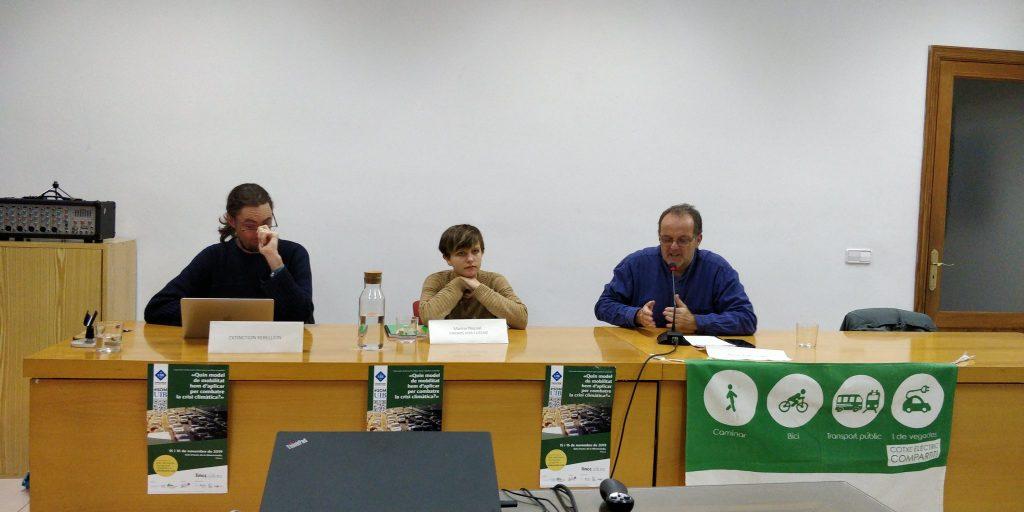 Els membres de la taula rodona amb els moviments socials pel clima.
